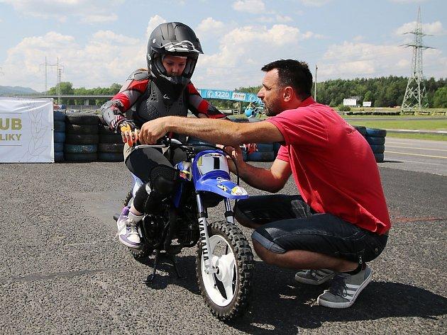 """Supermoto """"Academy"""" se skutečně podařila. Pořadatel akce, Autoklub Česká Lípa vAČR, na sosnovském autodromu vneděli zasvětil do základů tohoto mladého sportu téměř 40mladých nadějí motorsportu."""