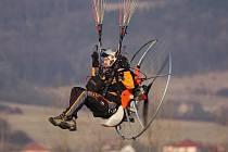 Miroslav Oros na svém paraglidu.