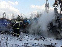 Požár čtrnácti osobních automobilů určených k sešrotování a kontejneru s hliníkem byl ve středu ohlášen na linku 112 ve 13:46 hodin.