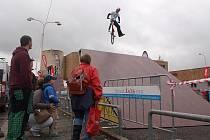Dech beroucí momenty přinesla v sobotu na náměstí v České Lípě exklusivní exhibice týmu bigbuba.cz dirty jump jezdců v čele s českou MTB smetánkou.