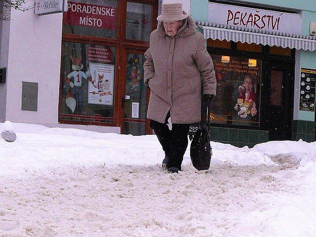 Na mnoha místech náměstí se lidem těžce šlape ve sněhu.