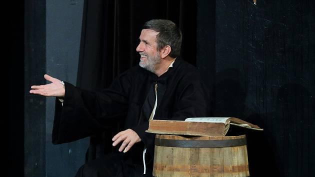 Vlastimil Vondruška divadelní představení režíruje a svěřil si i hlavní roli středověkého učence.
