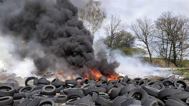 Hasiči bojovali ve Stráži pod Ralskem s požárem pneumatik