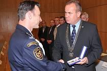 Záslužnou medaili IZS převzal z rukou hejtmana Stanislava Eichlera i hasič z Jablonného Petr Chodur.