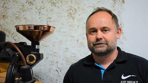 Ladislav Kyndl provozuje společně se svou manželkou pražírnu a kavárnu Kafe