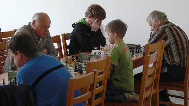 Nejmladší účastník turnaje, osmiletý Kryštof Hofman, vedle nejstaršího, 81letého Marcela Kokty z Loko Liberec (zcela vpravo).