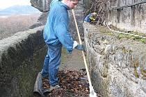 Všechno shrabané listí se musí pečlivě vysbírat a odnést. Na snímku Michal Pinc při úklidu zahradních teras.