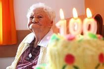 """Sté narozeniny oslavila Antonie Bečková ve """"svém"""" domově důchodců v Nových Zákupech, kde posledních šest let žije. Gratulovat přišly desítky lidí."""