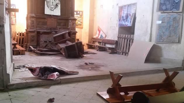 Škodu za desítky tisíc korun způsobil v kostele sv. Bartoloměje v Žandově 25letý místní muž. V červnu v opilosti poškodil oltář chráněné památky.