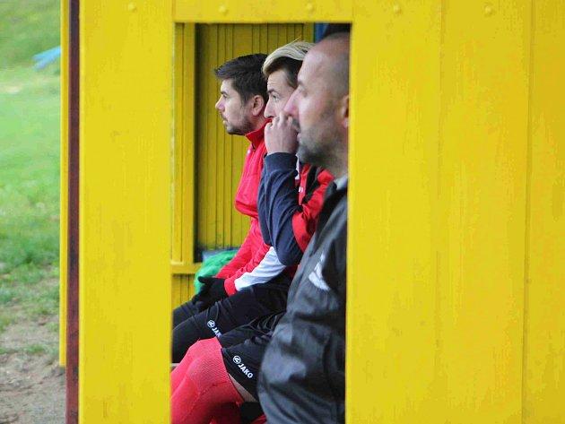 Hrající trenér Aleš Opelt (v popředí) musel v sezoně kvůli zraněním několikrát měnit sestavu.