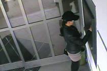 Podobu ženy zaznamenala bezpečnostní kamera při výběru z bankomatu Komerční banky v České Lípě.