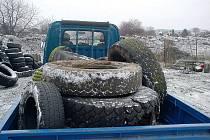 Staré pneumatiky patří mezi nejčastější obsah černých skládek na Dubsku. Jejich likvidace navíc není levná.