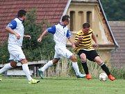 Holany - Stráž nad Nisou 3:0. Domácí Jantač (vpravo) se snaží obejít Pospíšila.