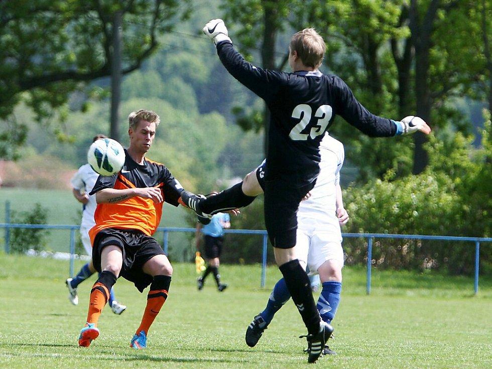 Skalice - Hrádek 3:1. Hrádecký gólman Rob odvraví míč před Nevrlým.