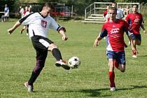 V zápase druhé třídy poradila domácí Dolní Libchava 2:1 fotbalisty Horní Police. Na snímku je střelec druhého gólu domácích Marek Tomíček (vlevo).