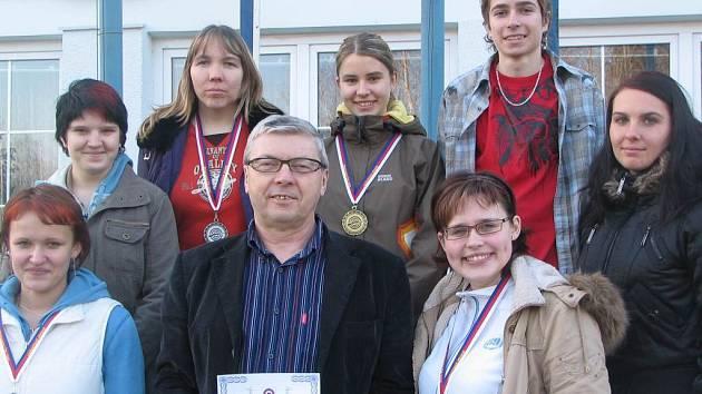 Manušičtí střelci: Nahoře stojí Kamila Štěpánová, Aneta Brabcová, Petr Plecháč, (dole) Aneta Němcová, trenér Stanislav Stupka, Zuzana Šostková.