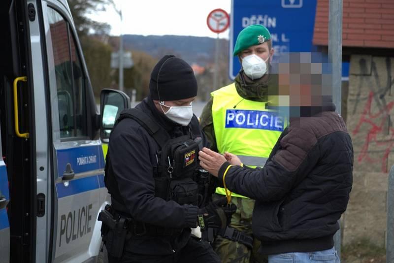 Dopravní přestupek řidiče odhalil nelegální migranty ze Sýrie. Policisté je objevili u Nového Boru.