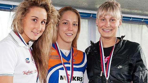 Petra Chocová (uprostřed) se zlatou medailí na krku.