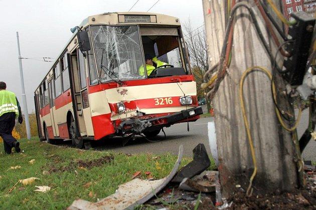 V Mnušicích havaroval trolejbus