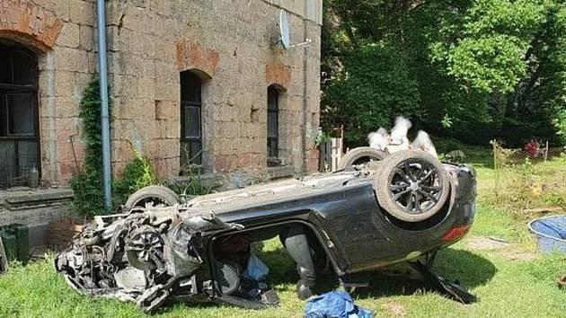U Cvikova boural automobil. Narazil do rodinného domu