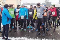Takřka stovka závodníků z celé republiky se postavila na start tradičního závodu Novoroční běh okolo Máchova jezera.