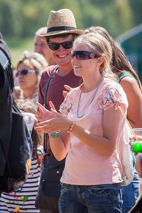Hudební festival Plechovka fest začal 6. července na louce ve Cvikově na Českolipsku. Na snímku jsou návštěvníci festivalu.