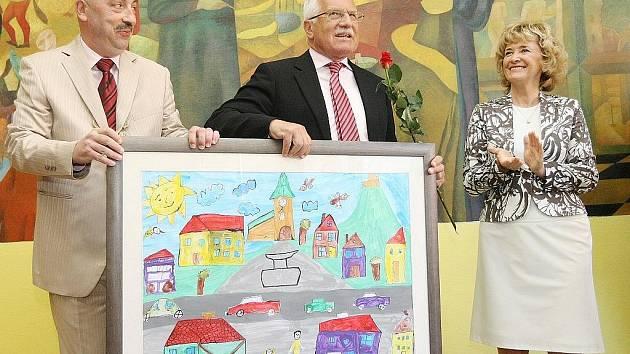 Prezident Václav Klaus přijel na zahájení školního roku do Základní školy v Kravařích.
