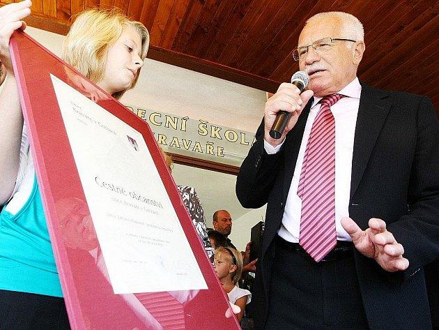 Prezident Václav Klaus přijel na zahájení školního roku do Základní školy v Kravařích v roce 2009.
