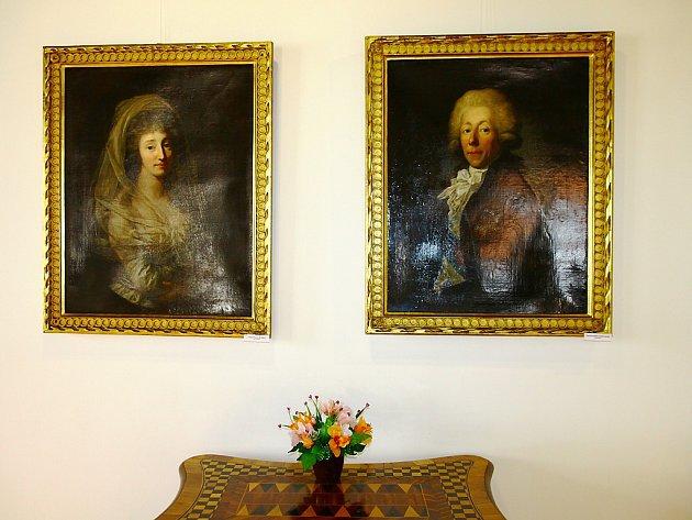Několik artefaktů ze zbouraného zámku vMimoni vtěchto dnech vystavuje místní Městské muzeum. Původní zařízení interiérů zámku je kvidění vůbec poprvé.