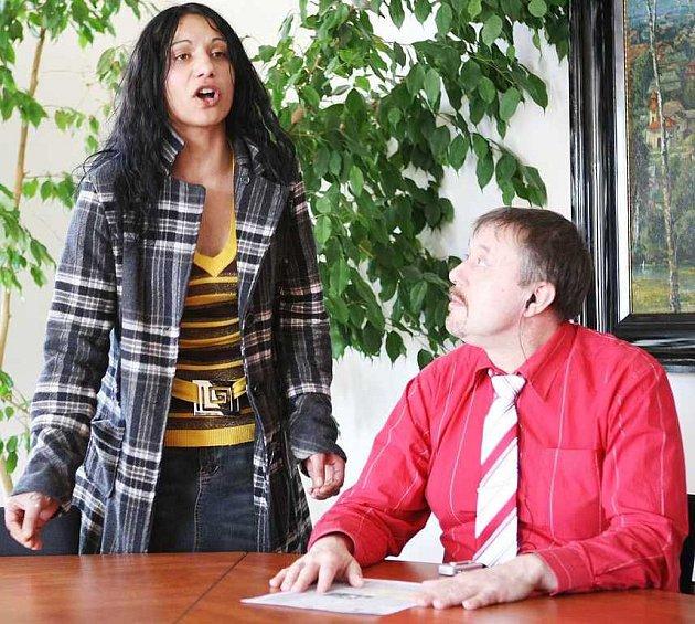 Na novoborskou radnici se ve čtvrtek vydala jedna z místních romských rodin, která údajně čelí výhrůžkám a útokům ze strany jiných obyvatel města. Marie Turková se bojí o svou rodinu a se svými obavami se obrátila na starostu Nového Boru Jindřicha Mareše.