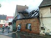 Požár domu č.p. 180 v Kravařích. Podle majitele domu je možné, že dům zapálili nájemníci, aby si místo stodoly udělali zahradu.