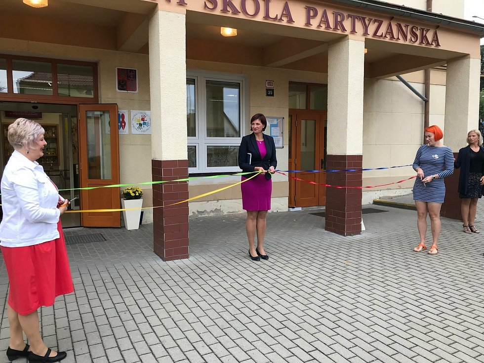 21 tříd prvňáčků na devíti základních školách v České Lípě dnes postupně přivítali v první školní den všichni čtyři členové vedení města.