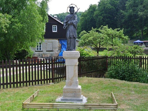 Litinová socha sv. Jana Nepomuckého, která stála sedmadvacet let v Luční ulici v Doksech, se v roce 2014 vrátila na své původní místo do Prysku.