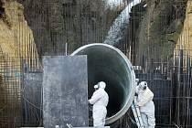 Právě probíhají betonáže obrovského potrubí. Jím se voda povalí do Robečského potoka