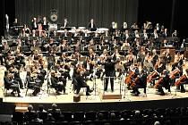 FILHARMONII HRADEC KRÁLOVÉ v sobotu v Novém Boru doplní solisté Olga Jelínková, Tomáš Kořínek, Ivan Kusnjer a sbory z Wiesbadenu a Blanska.