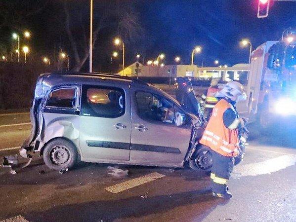 Polský řidič vpondělí při průjezdu Českou Lípou nedbal na semafory, chtěl projet na oranžovou a způsobil dopravní nehodu.