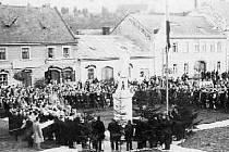 Slavnostní odhalení Masarykovy sochy na letovickém náměstí. Jejím autorem je Jan Komárek.