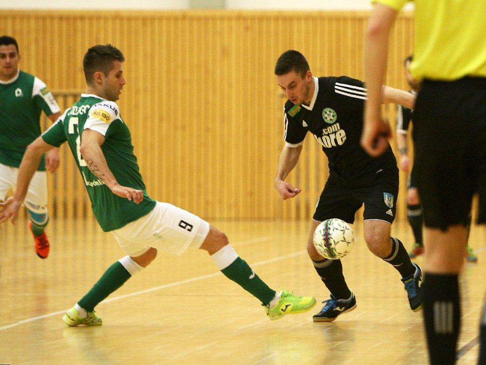 Litoměřický Rodriguez (v zeleném) se snaží zastavit akci Švece.