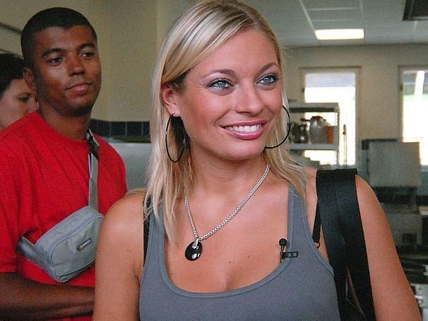 Lucie s Rayem při prohlídce kuchyně
