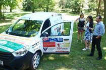 Sponzoři, kteří přispěli Sociálním službám Mimoň na nový vůz jej mohli obdivovat při slavnostním předání. Kromě dobrého pocitu je potěšilo i občerstvení připravené pracovníky služeb.