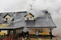 Požár rodinného domu ve Velenicích na Českolipsku