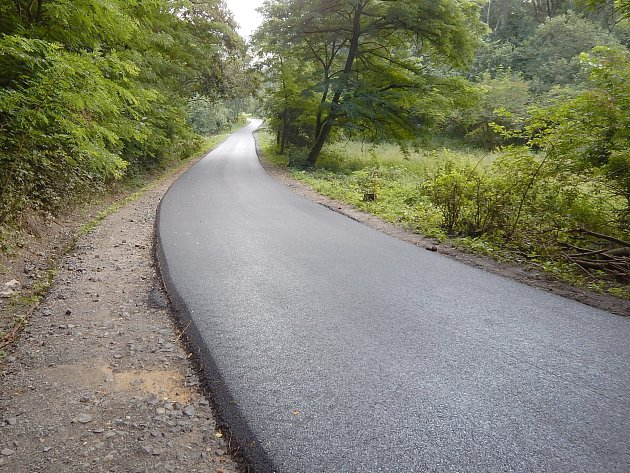 Nový asfalt je hotový. Dokončovací práce na rekonstrukci cyklotrasy finišují v těchto dnech.