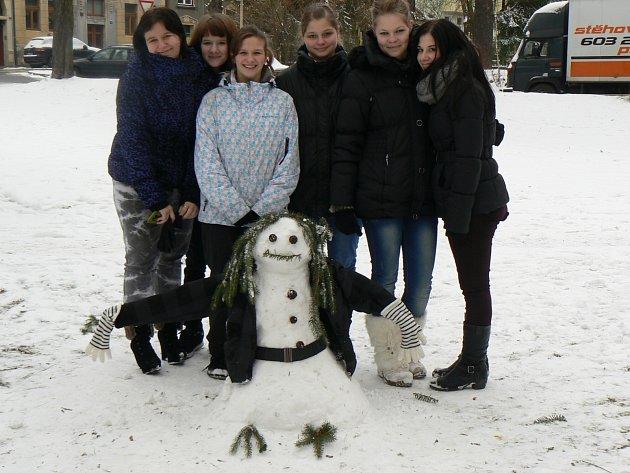 Několik sněhuláků vyrostlo uObchodní akademie vČeské Lípě.