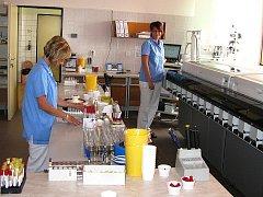 Klinická laboratoř provádí vyšetření. Ilustrační foto.