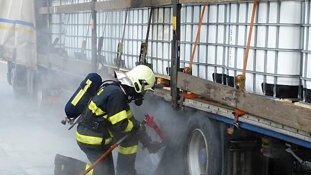 Požár kamionu ochromil v úterý ráno dopravu na hlavním tahu I/13 mezi Rynolticemi a Lvovou.