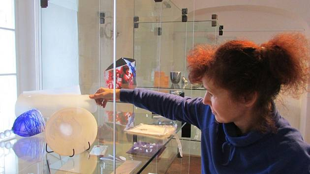 Rytina na cestě. Ředitelka šenovského muzea Helena Braunová při instalaci výstavy.
