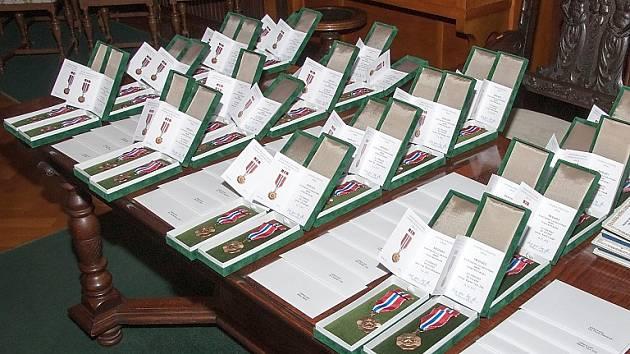 Třiatřicet příslušníků Hasičského záchranného sboru Libereckého kraje převzalo v pondělí medaile HZS ČR Za věrnost II. a III. stupně.