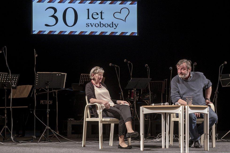 Novoborští vzpomínali na události listopadu 1989 v divadle