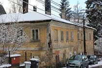 Dům má provizorní střechu. Nyní jeho obyvatelé bojují proti studenému a vlhkému počasí. I když nejsou prostory v patře obyvatelné, celý dům vytápí, aby zabránili plísni a praskání zdiva.