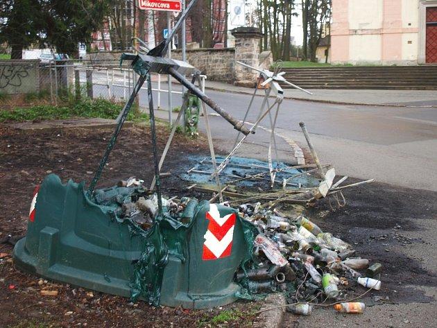 Šest nádob na tříděný odpad lehlo během víkendu popelem v Mariánské ulici. Další hořely na sídlišti Sever.